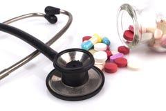 黑听诊器和药片 库存图片