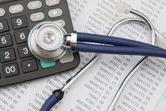 听诊器和计算器 免版税库存图片