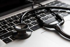 听诊器和计算机 免版税库存照片