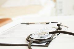 听诊器和医疗图特写镜头  免版税库存图片