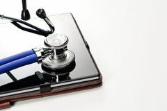 听诊器或phonendoscope与平板电脑白色表面上与拷贝空间 医疗概念 库存图片