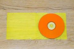 听音乐,橙色CD和黄色塑料盒 免版税库存照片