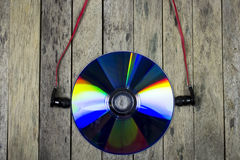 听音乐从CD的圆盘,技术概念 库存照片