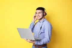 听audiobook的人通过耳机 免版税库存照片