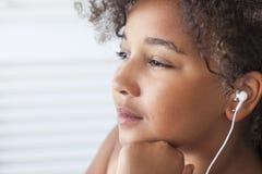 听MP3音乐耳机的非裔美国人的女孩 免版税库存图片
