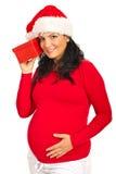 听Xmas礼品的孕妇 免版税库存图片