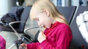 吮在木棍子的儿童女孩甜点 影视素材