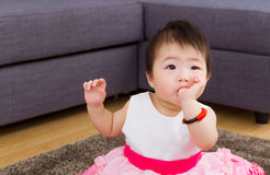 吮她的拇指的女婴 免版税库存照片