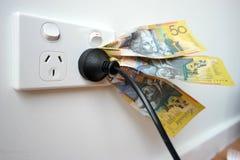 吮电源输出口的金钱 免版税库存照片