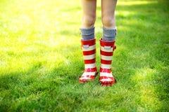 启动儿童图象行程雨红色佩带 免版税库存图片