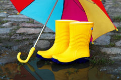 启动开张对橡胶伞黄色 免版税库存照片