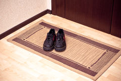启动门前的擦鞋棕垫 库存图片
