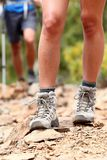 启动高涨鞋子走的远足者 库存照片