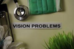 启发和医疗保健/医疗概念的视觉问题在书桌背景 免版税图库摄影