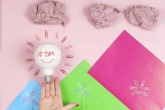 启发概念弄皱了好想法的纸电灯泡隐喻 库存照片