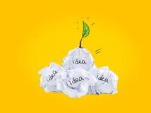 启发概念弄皱了好想法的纸电灯泡隐喻 免版税图库摄影