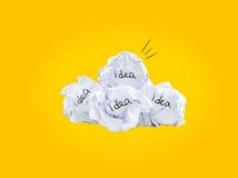 启发概念弄皱了好想法的纸电灯泡隐喻 图库摄影