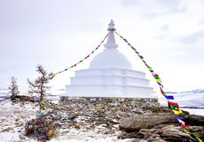 启示佛教stupa在海岛Ogoy上的有旗子的 台面呢 库存图片