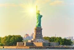 启迪世界的自由女神像自由在纽约附近 免版税库存图片