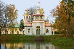 吱吱声中国眺望台特写镜头在一多云10月天 Tsarskoe Selo凯瑟琳公园  免版税库存照片