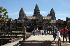 吴哥柬埔寨2017年12月31日,西部入口一个砂岩走道到12世纪吴哥窟寺庙里 免版税库存照片