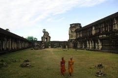 吴哥窟古老寺庙的2名修士在柬埔寨 免版税库存图片