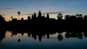 吴哥窟寺庙剪影在日出期间的柬埔寨 吴哥窟是一个famou 免版税库存照片