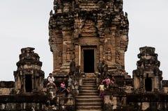 吴哥窟寺庙复合体的孩子在柬埔寨,印度支那 免版税库存照片