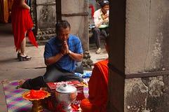吴哥窟,暹粒,柬埔寨,人10月2016年,祈祷与修士 免版税库存图片