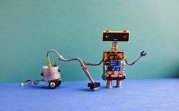 吸尘器客房服务 创造性的设计机器人清洁家,绿色墙壁蓝色地板公寓内部 免版税库存照片