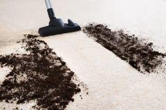 吸尘器清洁地毯 免版税库存照片