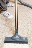 吸尘地毯的妇女 图库摄影