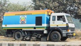 吸尘尘土擦净剂扫除机卡车德里印度South 12月30日2017 Delhi Municipal Corporation 免版税库存图片
