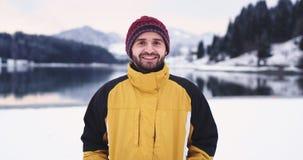 吸引人人画象橙色夹克的在照相机微笑前面大某人射击在他的雪球 股票视频