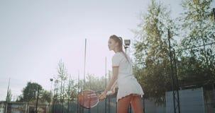 吸引人嬉戏妇女打了网球与 非常专业网球拍,室外 股票视频