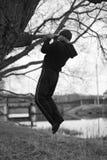 吸引人运动员由湖做着体育锻炼 免版税库存图片