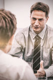 吸引人经理在与雇员的一次会谈期间 免版税库存图片