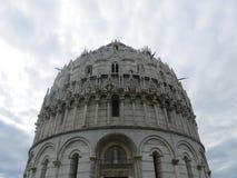 吸引力中央寺院倾斜比萨游人塔的意大利 库存图片