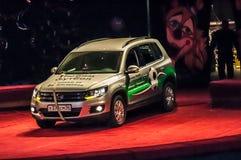 吸引力移动的汽车的力量在马戏竞技场的没有手援助  库存图片