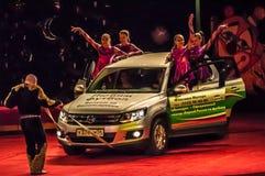 吸引力移动的汽车的力量在马戏竞技场的没有手援助  免版税库存照片