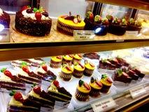 吸引的面包店花梢甜巧克力结块点心芒果乳酪蛋糕&新鲜的草莓 免版税库存图片