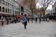 吸引观看他飞跃从人群的一个游人的观众, Faneuil霍尔,波士顿,大量的街道执行者, 2014年 免版税库存图片