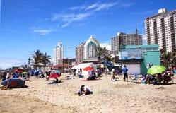 吸收在德班海滩,南非的日光浴者太阳 库存图片