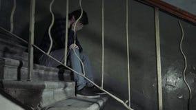 吸毒概念 超剂量亚洲男性吸毒者手,在行动的药物麻醉注射器在老坏大厦,酒精 股票录像