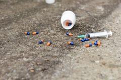 吸毒过量概念、药片和射入 免版税库存照片