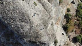 吸水的峭壁的徒步旅行者在希腊 股票录像