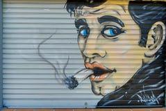 吸烟者` s商店街道画的图片 免版税库存图片