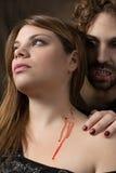 吸血鬼咬住妇女 库存照片