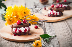 吸血鬼巧克力曲奇饼三明治,万圣夜点心 库存图片