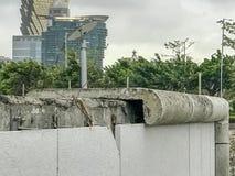 吹倒的水泥铸件  免版税库存图片